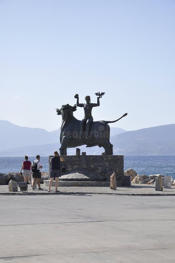 贴水帕帕佐普洛斯,威严第31:欧洲雕象坐从贴水帕帕佐普洛斯的一头公牛在克利特海岛上 库存图片
