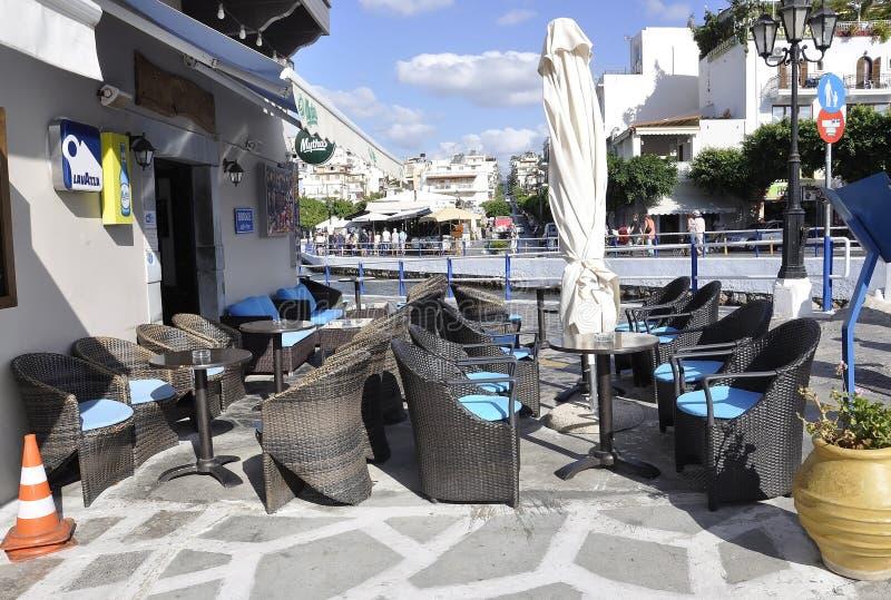贴水帕帕佐普洛斯,第31威严:从美丽如画的贴水帕帕佐普洛斯的街市大阳台餐馆在克利特海岛上 库存照片