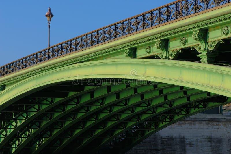 贵妇人notre巴黎pont下面 图库摄影