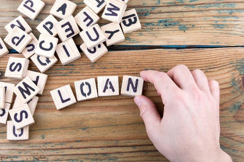贷款 在办公桌,情报和通信背景的木信件 免版税库存照片