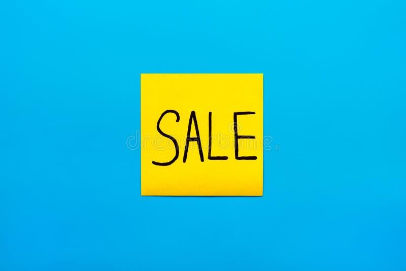 贸易、营销、提示和组合黑手写的题字销售词的概念关闭在一个黄色方形的贴纸 免版税库存照片