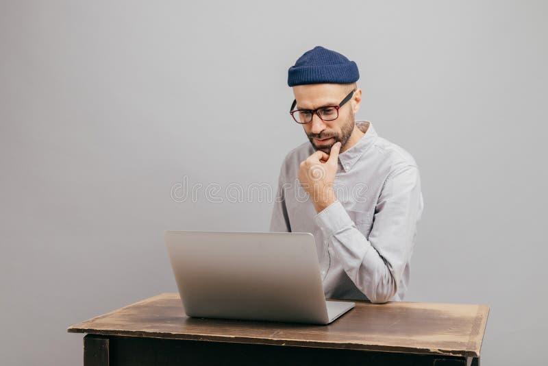 贸易公司关于营销机构的查寻信息不剃须的男性所有者的图象,考虑正式会面,佩带 库存图片