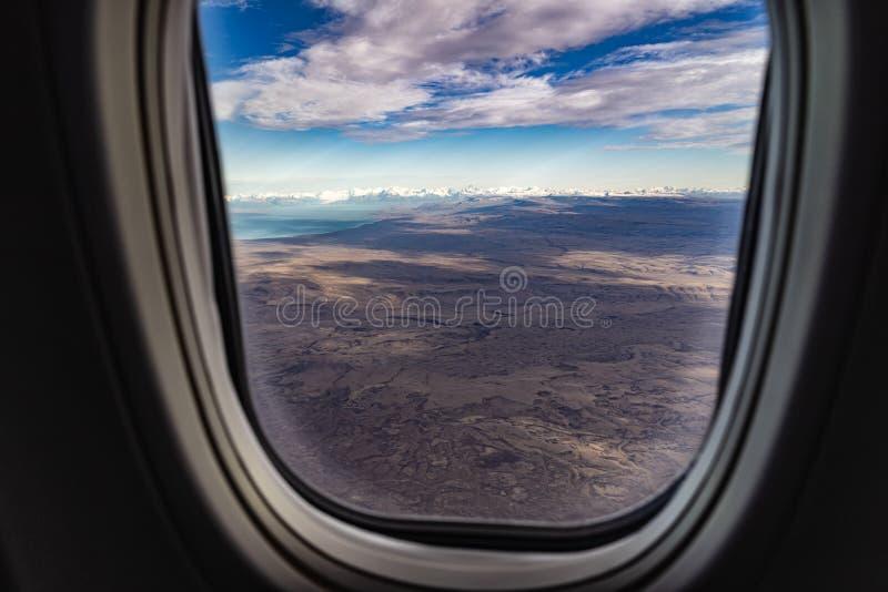 费兹罗伊在El Chalten的山脉雪峰顶鸟瞰图在从飞机窗口的清楚的天空蔚蓝对登陆在El 免版税库存图片