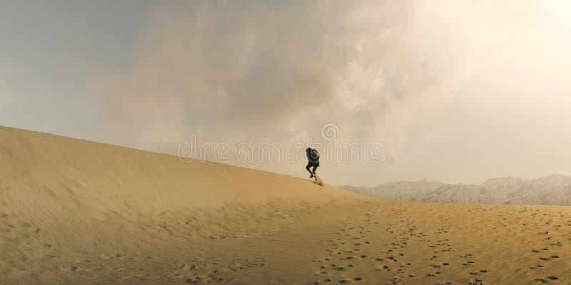 费劲地走通过沙漠沙丘的徒步旅行者在死亡谷国家公园 免版税库存照片
