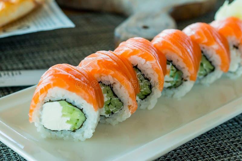费城与三文鱼,大虾,鲕梨,奶油奶酪的卷寿司 寿司菜单 E 新鲜的寿司卷与 库存照片