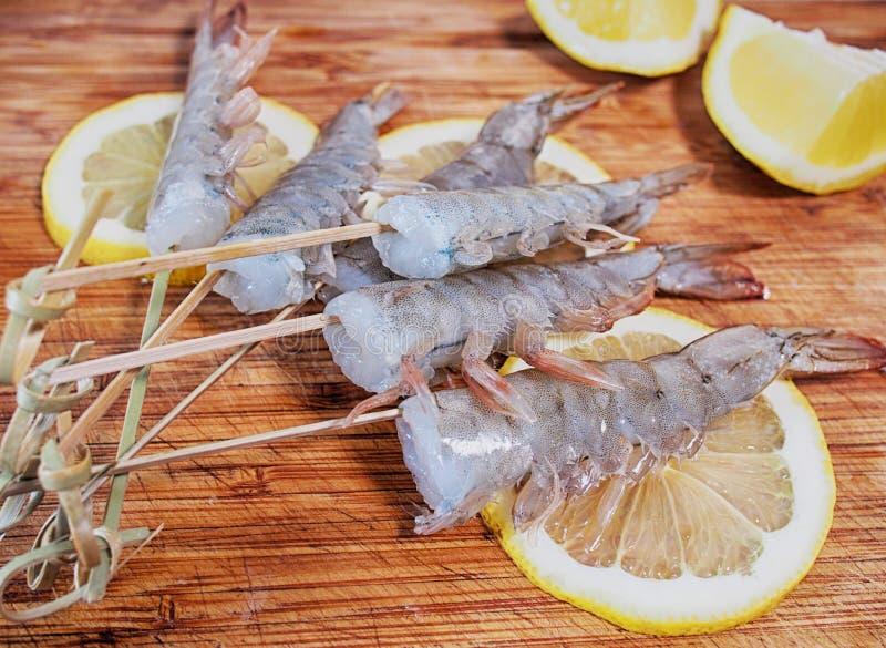 费城与三文鱼,熏制的鳗鱼,黄瓜,鲕梨,乳脂干酪,红色鱼子酱的卷寿司 寿司菜单 日本食物 健康f 免版税图库摄影