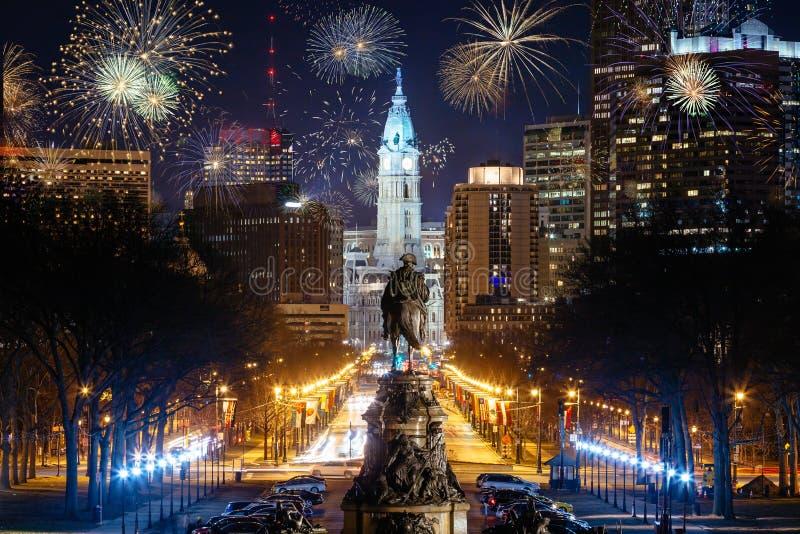 费城与烟花的市地平线 免版税库存照片