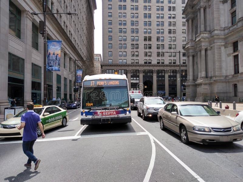 费城对Penn'的中隔公共汽车;s着陆,费城,PA,美国 库存图片