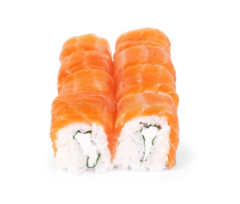 费城梅基寿司做了新鲜的未加工的三文鱼、奶油芝士和黄瓜 传统日本料理-在白色的寿司卷 免版税库存照片