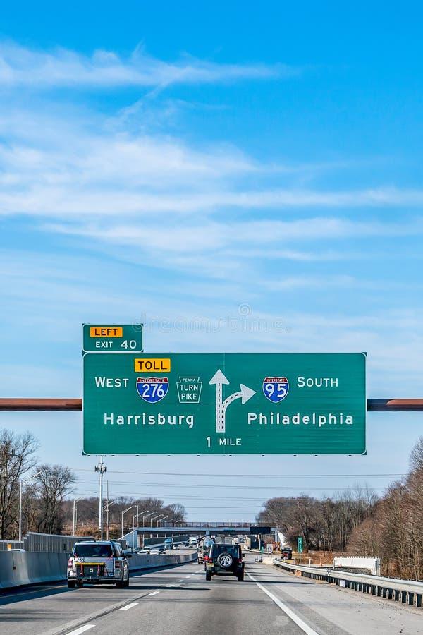 费城,宾夕法尼亚,美国- 2018年12月-与方向的标志向西部哈里斯堡和南费城 免版税库存照片