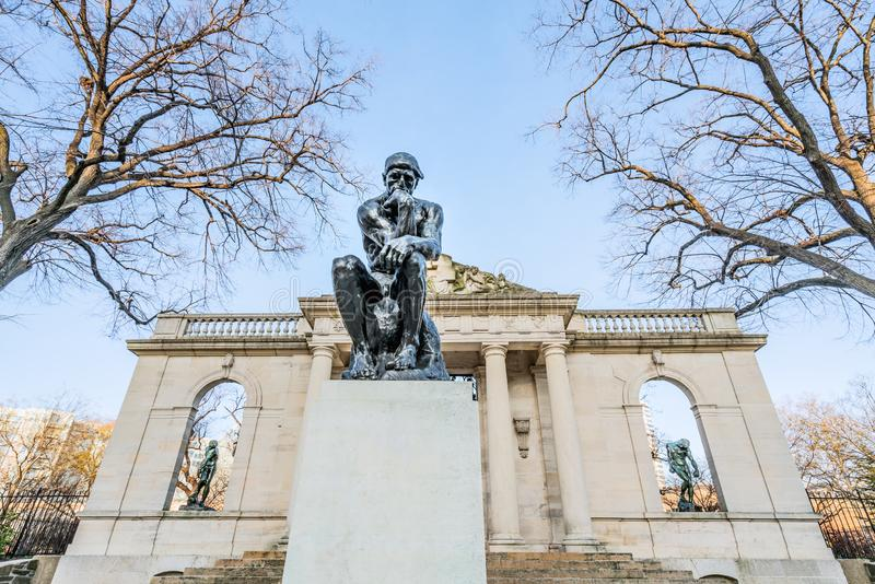 费城,宾夕法尼亚,美国- 2018年12月-在罗丹博物馆的思想家雕塑在费城 免版税库存图片