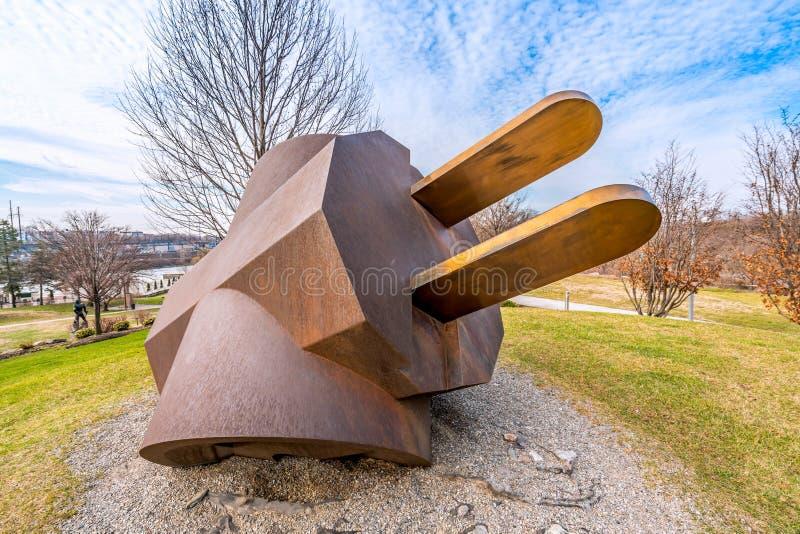 费城,宾夕法尼亚,美国- 2018年12月-在费城艺术博物馆的克拉斯・欧登伯格巨人三通的插座立方体轻拍 库存照片