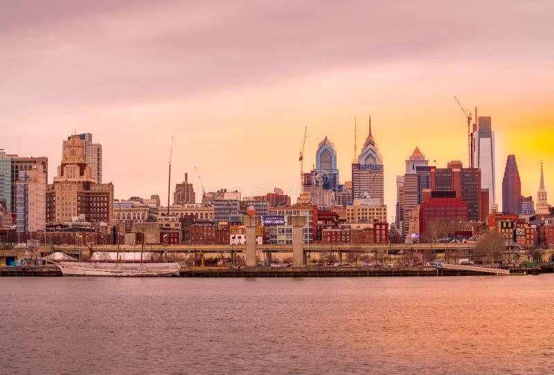 费城,微明的宾夕法尼亚街市地平线  免版税库存图片