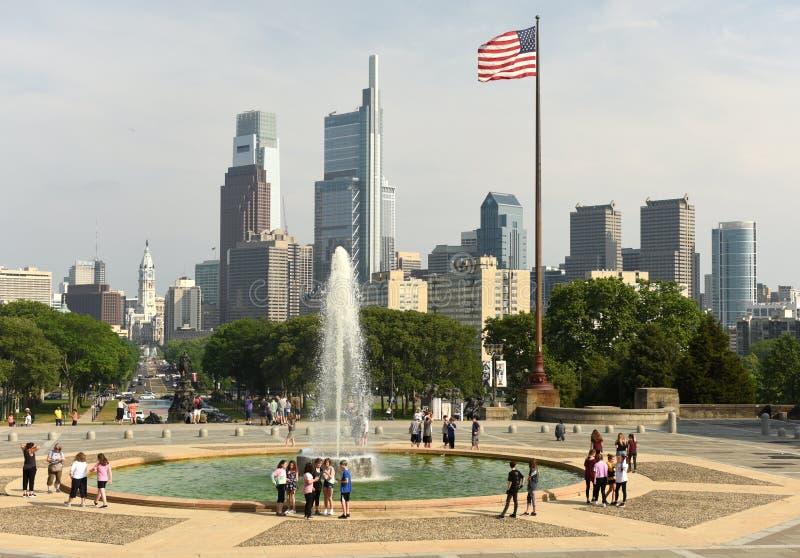 费城,美国- 2018年5月29日:在喷泉nea附近的人们 库存图片