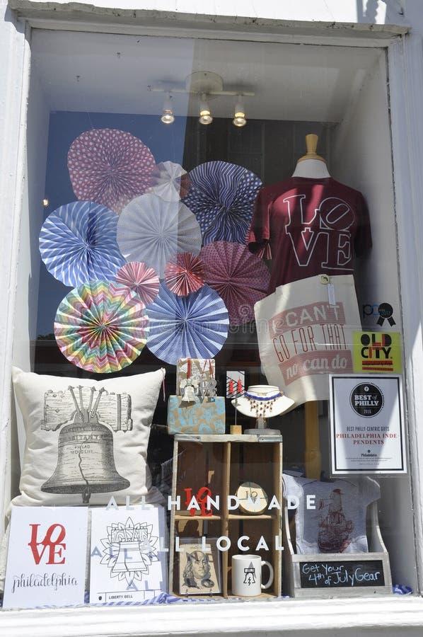 费城, PA, 7月3日:纪念品店窗口街市费城在宾夕法尼亚美国 库存照片