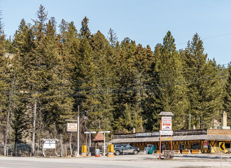 费尔蒙温泉城,加拿大- 2019年3月22日:便利店和加油站在小镇东部不列颠哥伦比亚省里 免版税库存图片