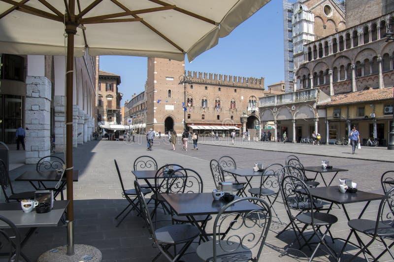 费拉拉、意大利- 2017年6月13日,有视域的费拉拉街道和人们, Castello Estense 免版税库存照片