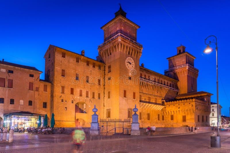 费拉拉,意大利:Estense城堡看法在晚上时间Castello Estense或Castello di圣米谢勒的 库存照片