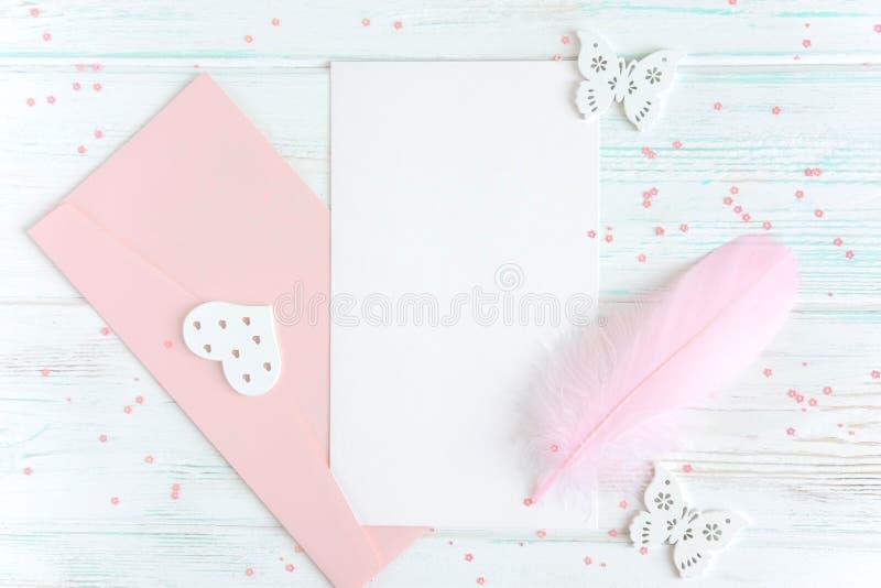 贺卡文本的框架 与信封、笔和一张明信片的横幅在白色木背景 布局设计依据为 库存图片