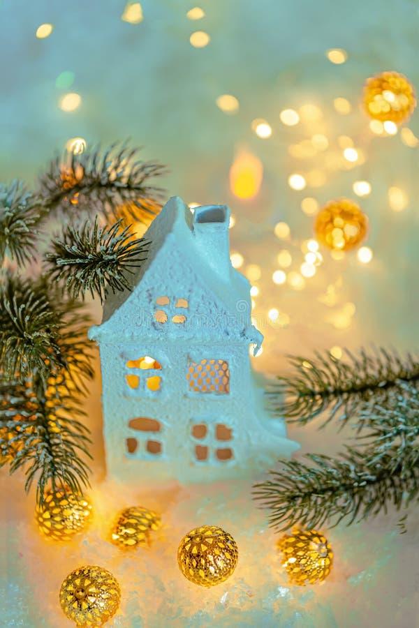 贺卡新年快乐和圣诞快乐 冬天装饰美好的背景的假日 村庄或瑞士山中的牧人小屋 免版税库存图片