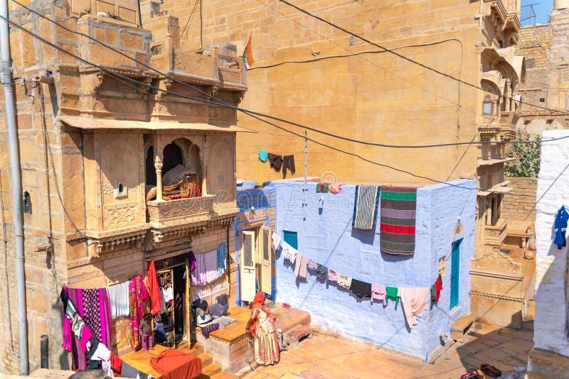 贾沙梅尔/印度13 07 2019年:烘干她的湿衣裳的妇女 免版税库存照片