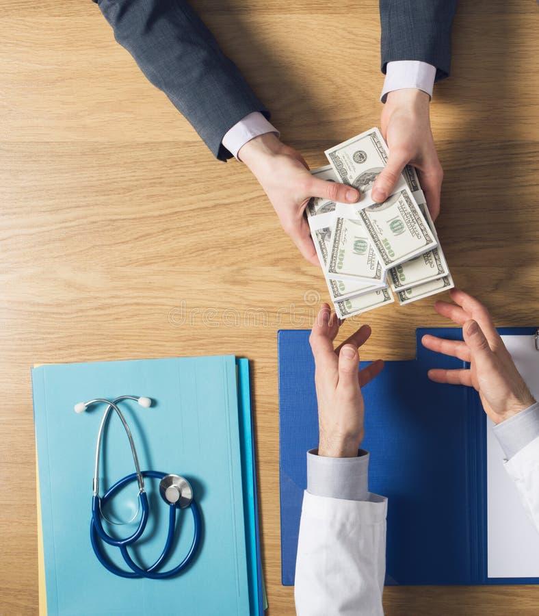 贿赂一位贪婪的医生的患者 库存照片