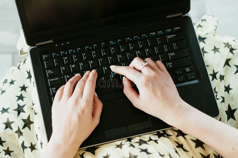 资料输入自由职业者的工作遥远的工作递键入 免版税库存照片