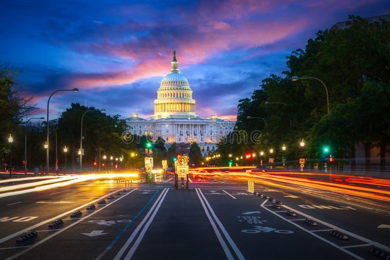 资本大厦在华盛顿特区城市在与街道的晚上和 库存图片