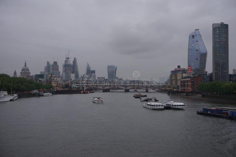 资本看法:在典型的英国天气的伦敦地平线 免版税库存照片