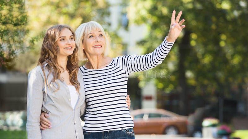 资深一起花费时间的母亲和女儿 免版税图库摄影