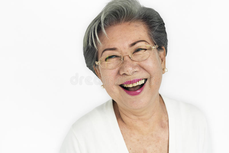 资深亚裔妇女偶然演播室画象概念 免版税库存照片