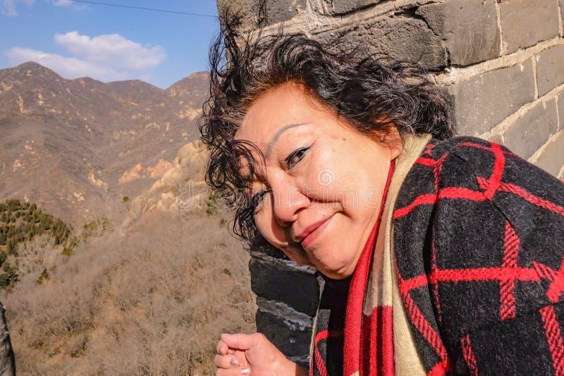 资深亚裔妇女画象照片在北京市的长城 免版税库存照片