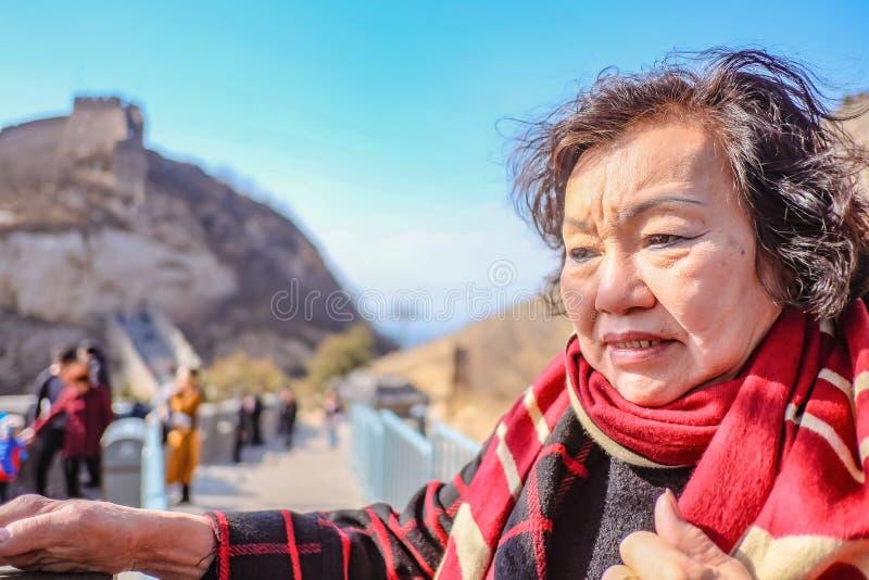 资深亚裔妇女画象照片在北京市的长城 免版税库存图片
