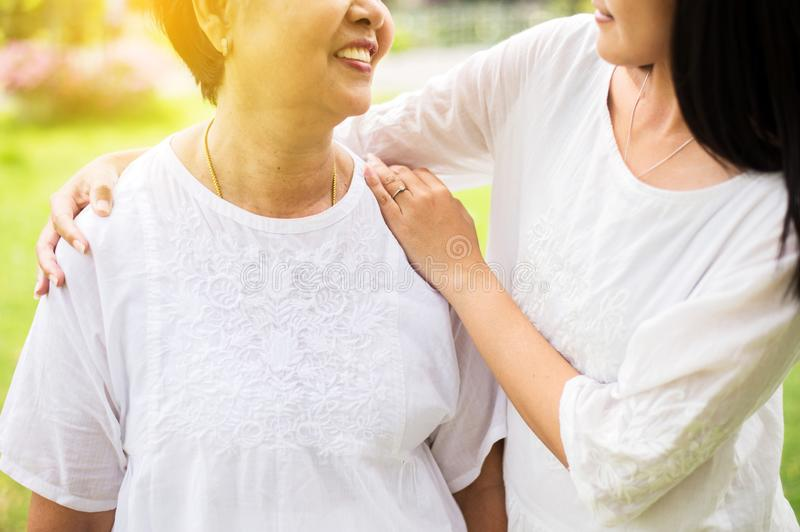 资深亚裔更老的母亲满意对手女儿小心和支持,关闭  免版税库存照片