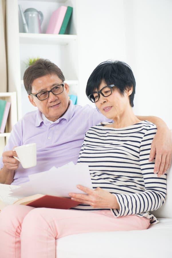 资深亚洲夫妇读书 库存图片