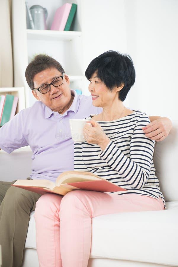 资深亚洲夫妇读书 免版税库存图片