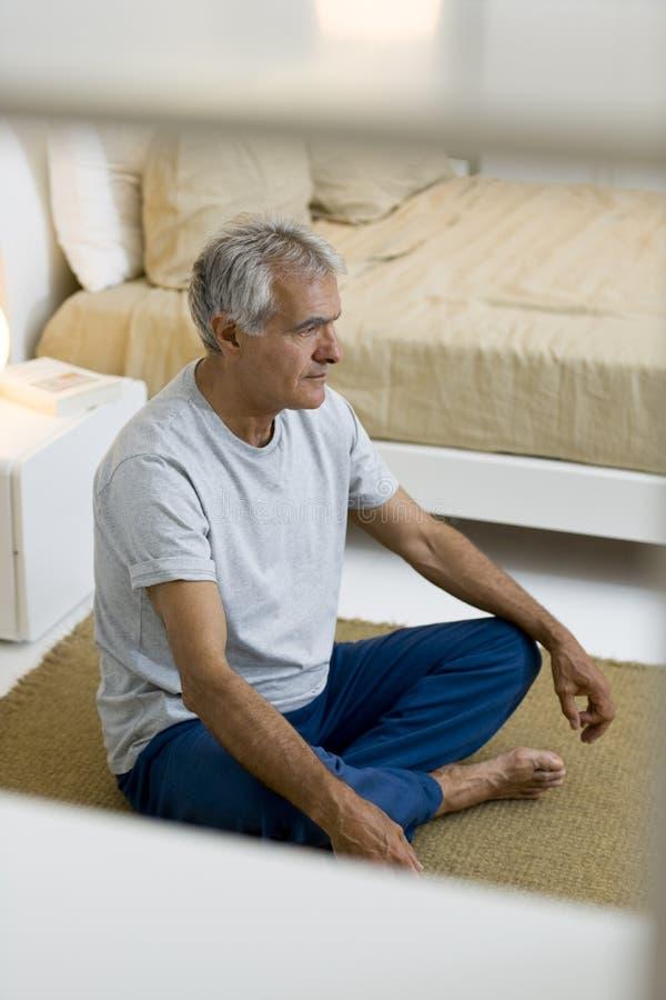 资深做的瑜伽 免版税库存照片