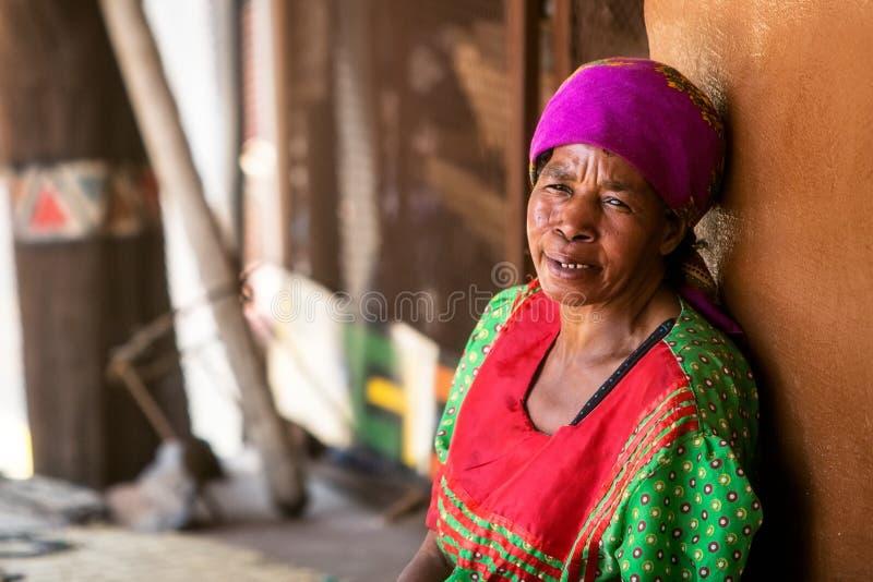 资深南非部族妇女休息 免版税库存照片