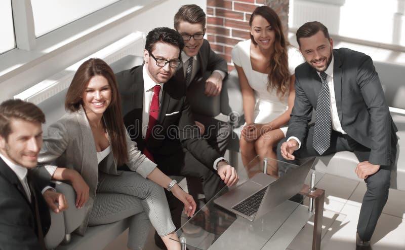 资深商人和事务合作坐在现代办公室的大厅 免版税图库摄影