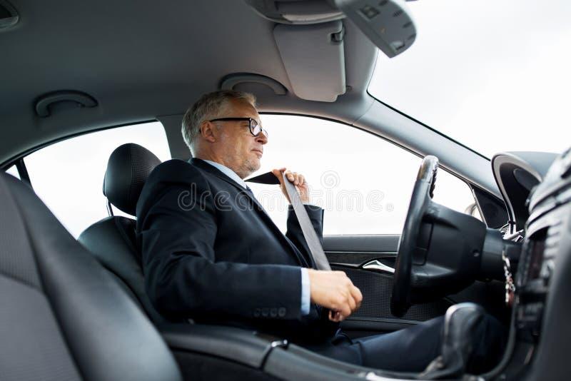 资深商人紧固汽车座位传送带 库存照片