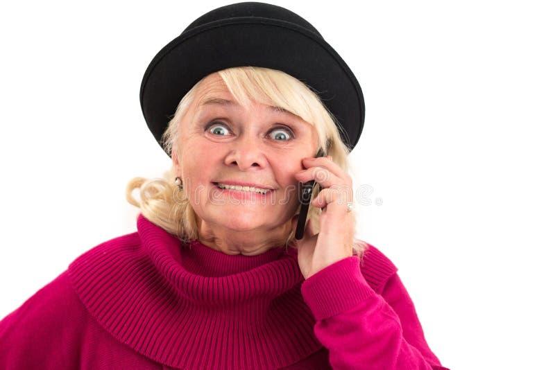 资深夫人拿着手机 免版税图库摄影