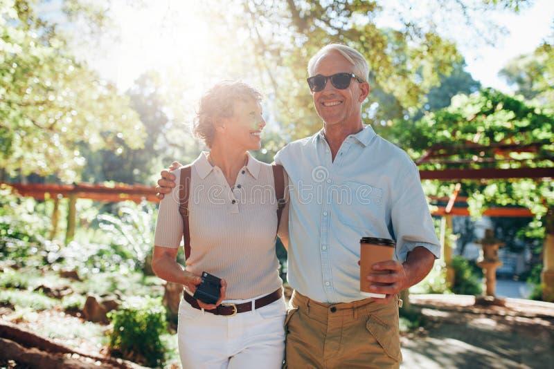 资深夫妇一个假期 库存照片