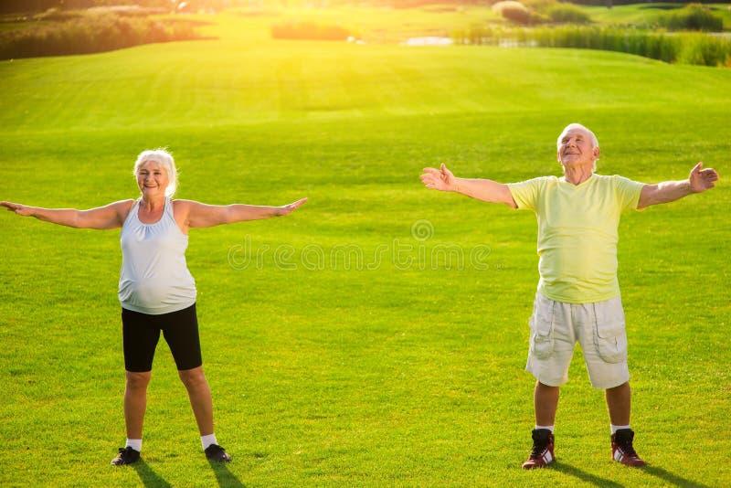 资深夫妇做体育运动 免版税库存照片