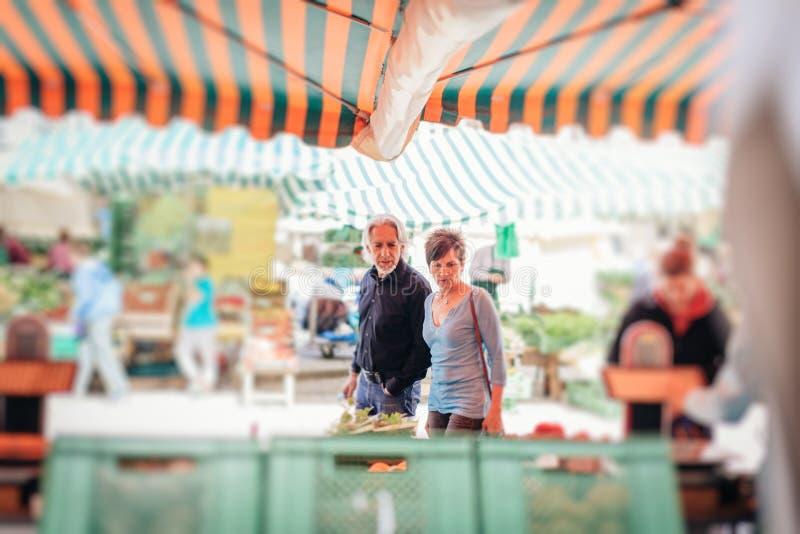 资深夫妇参观的农夫` s市场 免版税库存照片