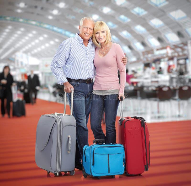 资深夫妇在机场 库存图片
