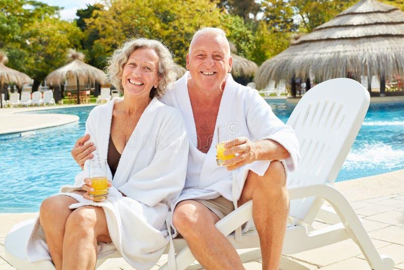 资深夫妇在水池的温泉假期 免版税库存照片