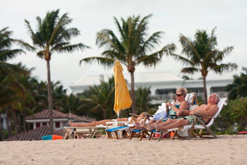 资深夫妇在海滩睡椅放松在佛罗里达手段 库存照片