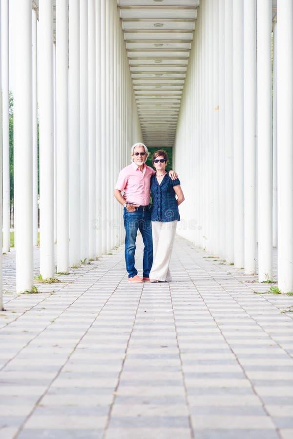 资深夫妇在白色柱子走廊 免版税库存照片