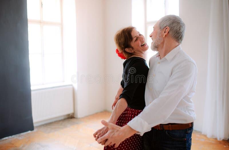 资深夫妇在社区活动中心的上舞蹈课 免版税库存图片