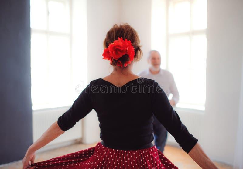 资深夫妇在社区活动中心的上舞蹈课 库存图片
